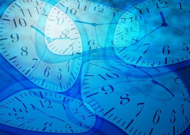 歪んでいる複数の針時計