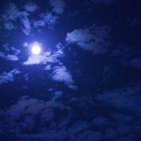雲間で光る満月