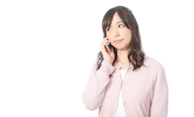 電話カウンセリングを受ける女性
